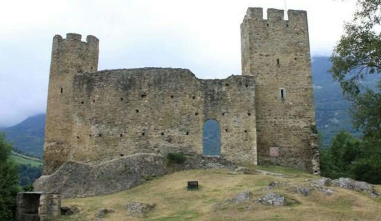 T1-Bis-Luz-Isia-autour-chateau-vestiges-visites