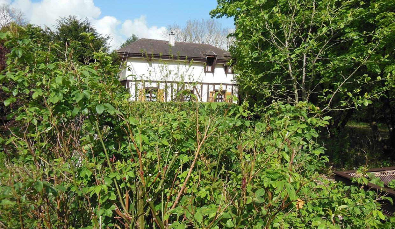 le cottage dans un écrin de verdure