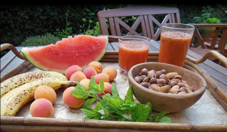 petit déjeuner de fruits et smothies en 2000 et quelques