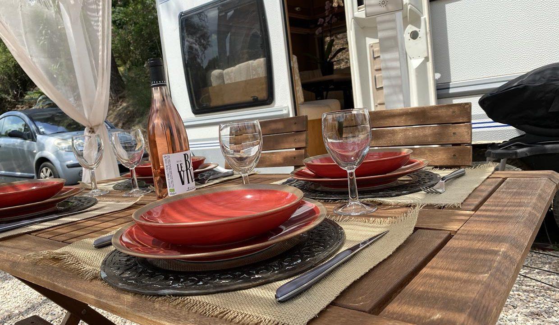 belle-table-ombragee-adrets-esterel-caravane-airbnjune