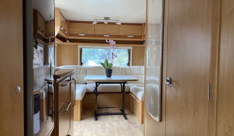 intérieur-vue-salon-caravane-adrets-esterel-airbnjune