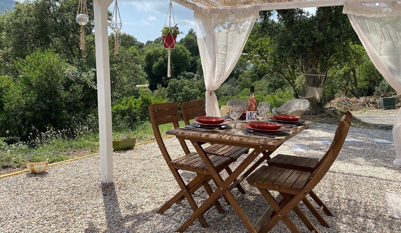 magnifique-terrasse-sous-tonnelle-ombragee-caraving-adrets-esterel-airbnjune